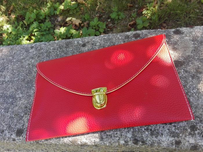 Dámská kabelka v různých barvách se zapínáním ve zlaté barvě