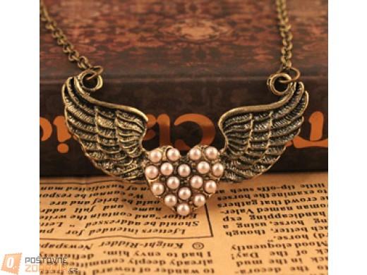 Vintage náhrdelník s motivem okřídleného srdce zdobený perličkami