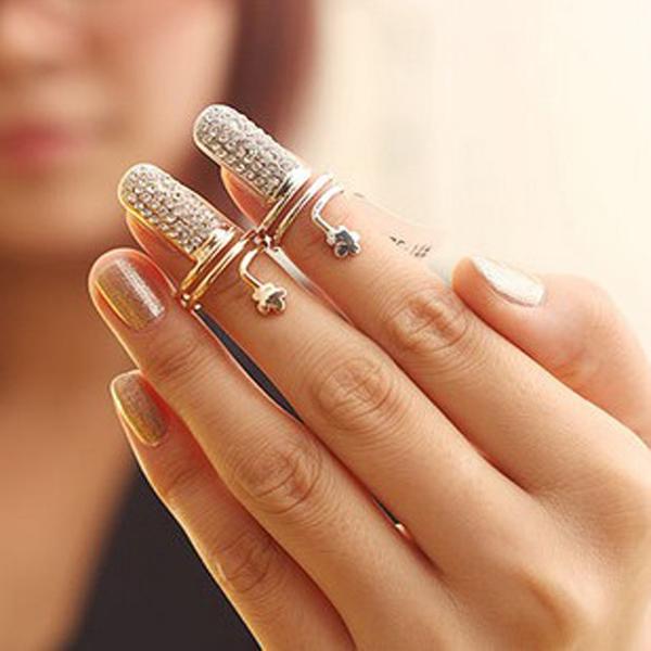 Prstýnek na nehet zdobený krystaly ve dvou barvách