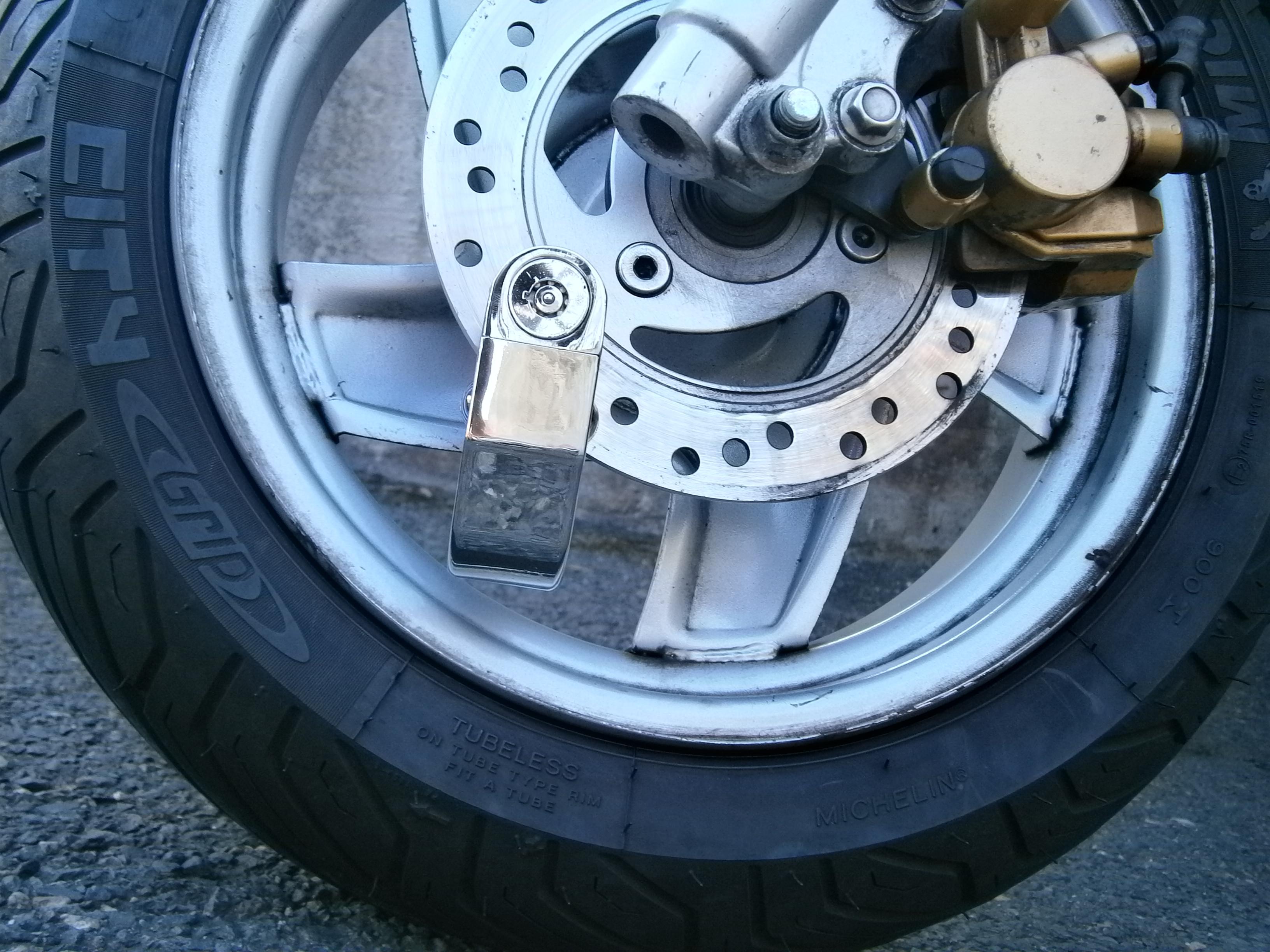 ocelovy zamek na motorku / kolo