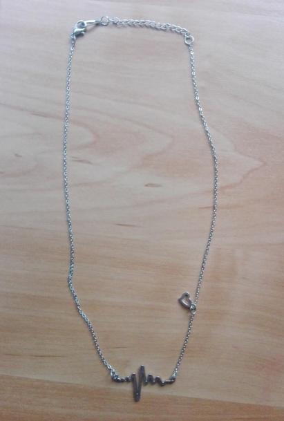 Elegantní náhrdelník s křivkou EKG